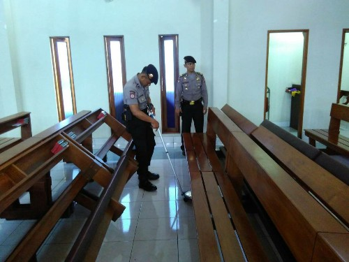 Pastikan Keamanan Gereja, Sat Sabhara Lakukan Sterilisasi
